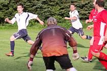 Poločasové výkyvy měli podle předsedy Bohuslava Chalupníka fotbalisté Věžnice (v bílém), ale spokojenost vládne.