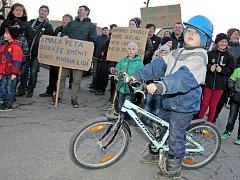 V Brzkově na Jihlavsku se v pátek krátce po šesté hodině sešlo sedm desítek lidí. Starosta obce Aleš Bořil akci nazval protestem za vítězství pravdy nad arogancí moci.