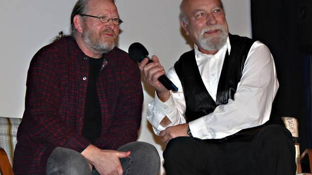 Autor. Filip T.A.K. (vlevo) s moderátorem celého večera, filmovým znalcem, Jiřím Čáslavským.