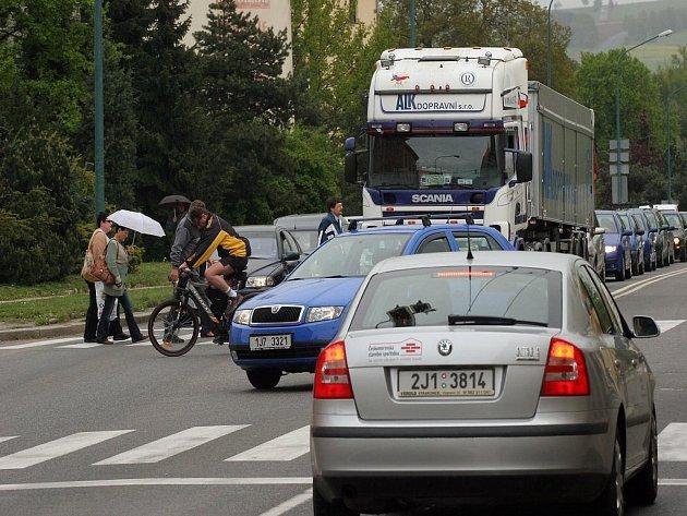 Hustý provoz. Ačkoliv odpoledne kolem třetí hodiny bývá na Jiráskově ulici pořádně rušno, k nehodám dochází minimálně. Jihlava je druhým nejbezpečnějším krajským městem v Česku.
