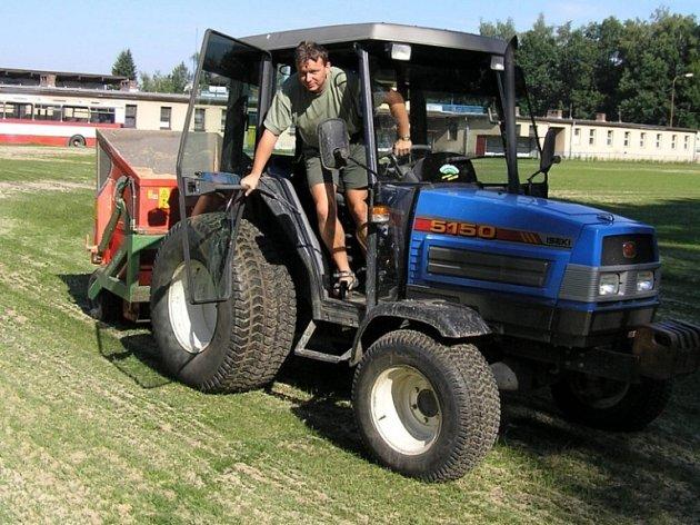 Neposečené pozemky zarostlé travou a plevelem jsou v každém městě nebo obci.