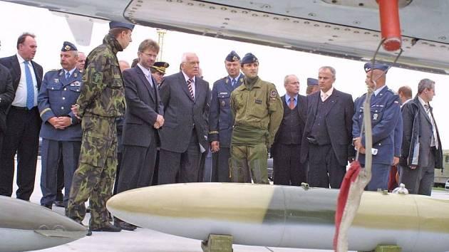 Prezentace bojové techniky. Prezident si prohlédl letoun, různé druhy leteckých bomb a samopalů. Po celou dobu návštěvy ho s chodem základny seznamovali její velitelé.