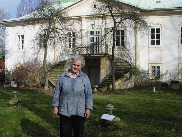 Zámecká paní se nevzdává. Sedmaosmdesátiletá Eva Matějková je pro někoho člověk, který brání v obnově parku v Úhrově. Ona si však stojí na svém a říká, že bojuje za záchranu kulturní památky, která je v ohrožení.