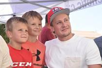 Vítek Vaněček se svými malými fanoušky.