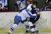 Světelští hokejisté (ve světlém) porazili okresního rivala z Chotěboře 10:5.