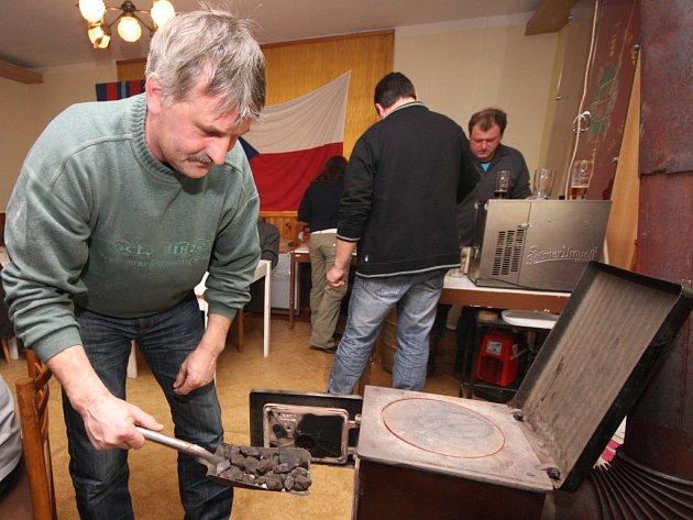 Venku bylo deset stupňů pod nulou, starosta sboru dobrovolných hasičů Milan Pátek se proto patřičně staral, aby oheň v rozpálených kamnech ve zbrojnici v Žižkově Poli nakonec nevyhasl.