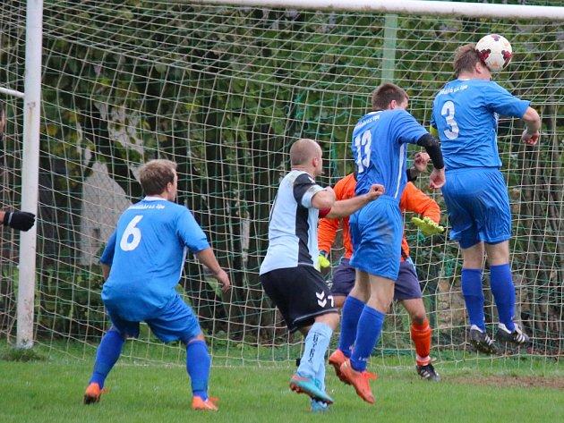 Zimní galeje už začaly i fotbalistům Lípy (v modrém) pod taktovkou hráče Pavla Součka, který prozatím nahradil Zdeňka Jungvirta.