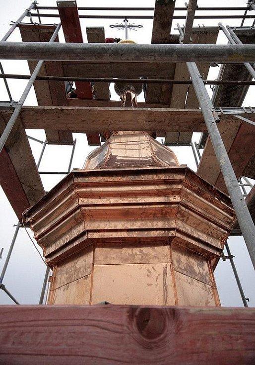 V pondělí dopoledne nasadili řemeslníci z dodavatelské firmy na věž kostela svatého Mikuláše v Krucemburku opravený kříž, který stojí na nově pozlacené makovici. Její původní zlacení bylo v září roku 1938 zabarveno, aby nepadlo do nepovolaných rukou.