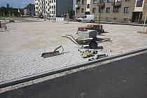 Dlaždiči položili na náměstí poslední kostku.