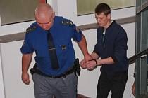 Vězeňská stráž přivádí do soudní síně obžalovaného devatenáctiletého Rumuna Ioana Cucicea.