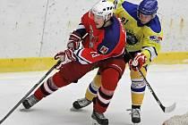 V první třetině rozhodli havlíčkobrodští hokejisté (u puku David Kozlík v červeném) o výhře nad Kolínem. Foto: PRVNÍ TŘETINA. V ní rozhodli havlíčkobrodští hokejisté (u puku David Kozlík v červeném) o výhře nad Kolínem.