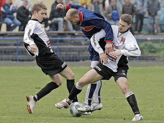Fotbalisté Havlíčkova Brodu na jaře ještě neprohráli. I v sobotním utkání proti Jemnici by si rádi připsali plný bodový zisk. Budou se spoléhat mimo jiné na střelecké kvality svého kanonýra Romana Provazníka(vpravo v bílém).