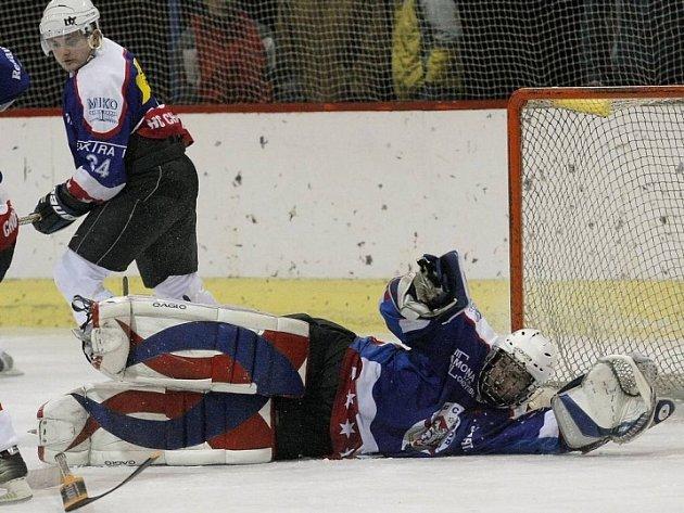 Znovu nevyhráli. Chotěboři (v modrých dresech) se znovu nepodařilo najít v krajské hokejové lize recept na okresního rivala ze Světlé.