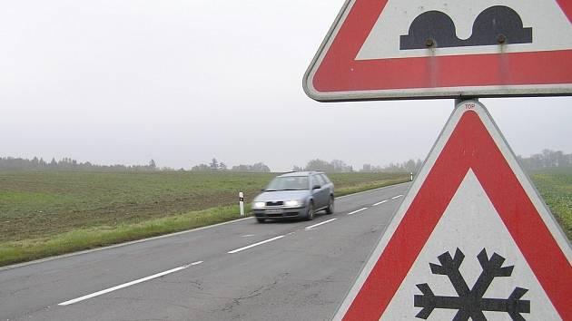 Není to tak dávno, co tu stála alej. Teď úsek nad Pohledem směrem od Havlíčkova Brodu na Českou Bělou patří jen autům. Cestu lemují už pouze patníky a značky.
