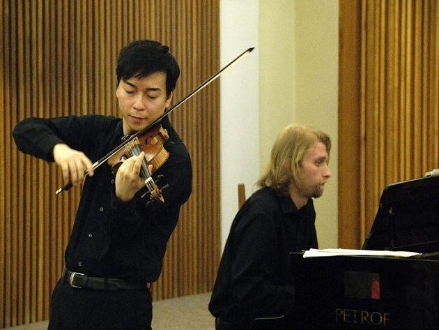 V sále staré radnice vystoupil japonský houslista Keisuke Okazaki spolu s českým klavíristou Ivo Kahánkem.