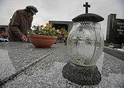 Dušičková výzdoba na hřbitově v Ledči nad Sázavou.