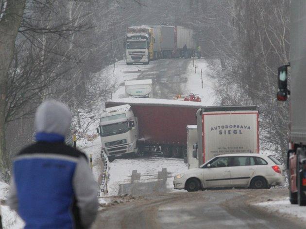 Řidiči dalších nákladních automobilů, kterých umíst nehody zůstaly celé destíky, museli na zprůjezdnění čekat více než čtyři hodiny.