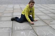 K happeningu krajské knihovny se připojil i jedenáctiletý Michal Domkář z Havlíčkova Brodu. Křídou na chodník napsal básničku Ondatra od Pavla Šruta.