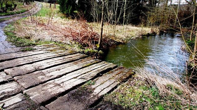 Snímek je z osady Dolní Dvůr v nadmořské výšce 450 metrů, potok zde meandruje, dno má v hloubce asi 90 centimetrů, protéká pod lávkou z dřevěných železničních pražců. K ústí do Sázavy už zbývá pouze několik set metrů.