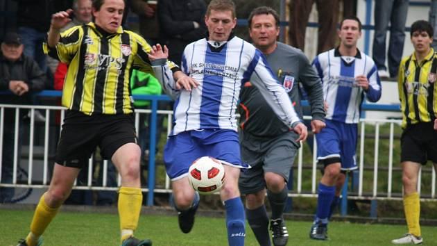 Noční můrou je pro světelské fotbalisty (ve světlém) Pelhřimov B, na kterého neumějí zahrát už dva a půl roku.