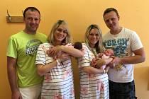 Vlevo Michaela se svým manželem Martinem, který drží malou Aničku. Vpravo je Petr s Martinou a malou Natálkou.