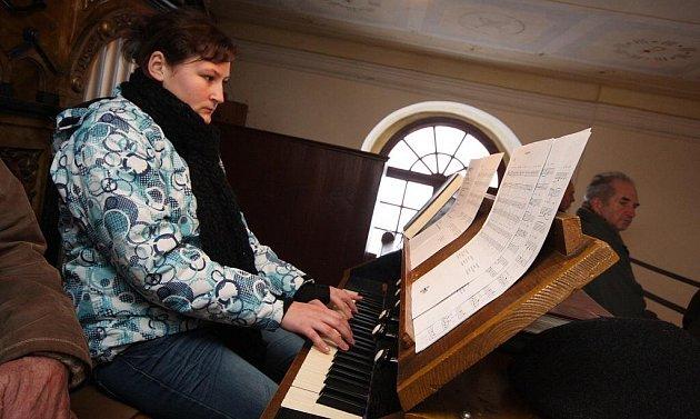 Na varhany v kostele sv. Michaela archanděla v Žižkově Poli hraje sedmnáctiletá varhanářka Markéta Kárníková.