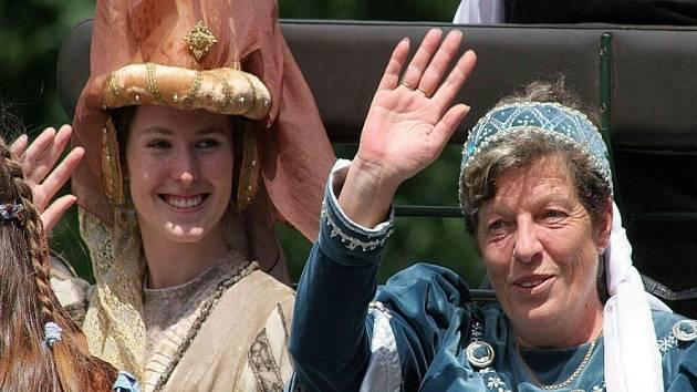 Starostka v kočáře. Velkolepé oslavy 800 let od první písemné zmínky o Světlé korunoval průvod s rytíři, vlajkonoši, obyvateli středověkých hradů, v němž nechyběla paní panství – starostka Lenka Arnotová.