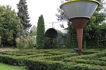 Ve středu Evropy. Tam se mohou ocitnout návštěvníci zahrady u kavárny U Notáře v Havlíčkově Brodě. Umístění ve středu Evropy tu posvětili známí Cimrmanologové v čele s Ladislavem Smoljakem. Zahrada se otevře v sobotu od 14 hodin.