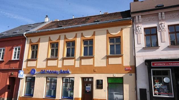 V tomto domě na chotěbořském náměstí se 3. listopadu 1850 narodil František Sláma, spisovatel a politik, slezský buditel. Na domě s novou fasádou je od roku 1967 pamětní deska, u příležitosti 50. výročí Slámova úmrtí ji instalovala Městská osvětová beseda