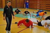 Čtyřnásobnou mistryní světa je Adéla Ježková (na snímku vlevo), která aerobikem zpestřila soustředění brodským fotbalistům, kteří tak získali novou zkušenost.