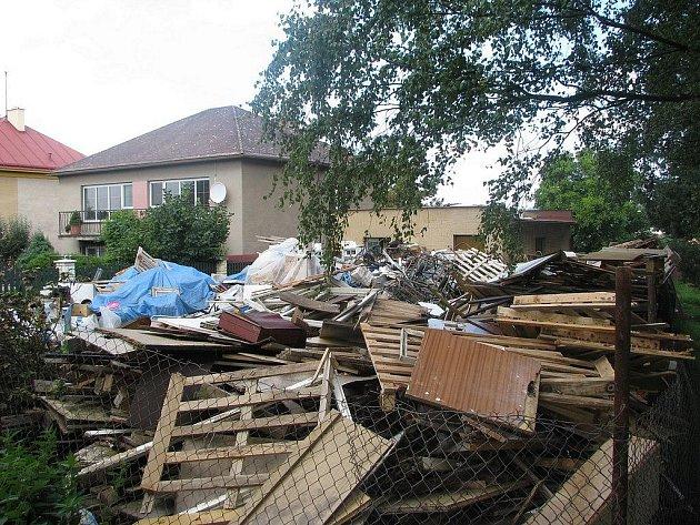 Pronajatý pozemek i garáž v havlíčkobrodské Větrné ulici je zcela zaplněn odpadem. Děje se tak s plným vědomím majitele obou uvedených nemovitostí.  Je zřejmé, že se na prostranství nacházejí i prokazatelně nebezpečné odpady.