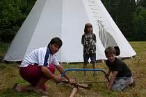 Tee–pee, manuální práce, láska k přírodě a duch Svojsíka a Foglara vznášející se nad táborem. Takové jsou dnes ještě tábory skautů, kde se dodržují tradice a zvyky, a tábor je pro mladé zkušeností i vyvrcholením celoročního členství. Ilustrační foto.