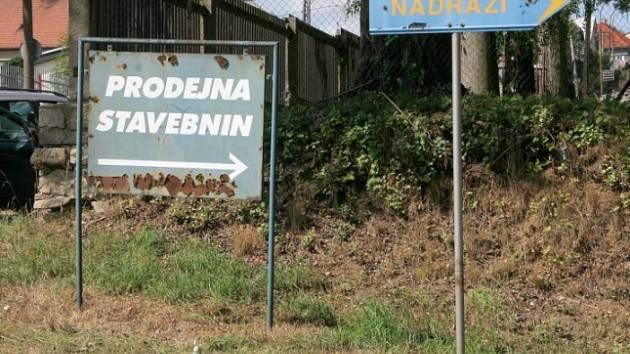 Místo činu. Ukrajinec pobývající v Třešti si pro svoji sebevraždu vybral reklamní ukazatel (na snímku vlevo), který se nachází ve frekventované Nádražní ulici.