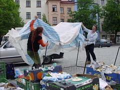 Ve větru. Trhovci na Masarykově náměstí včera občas museli místo prodávání zboží zápasit se silnými poryvy větru.