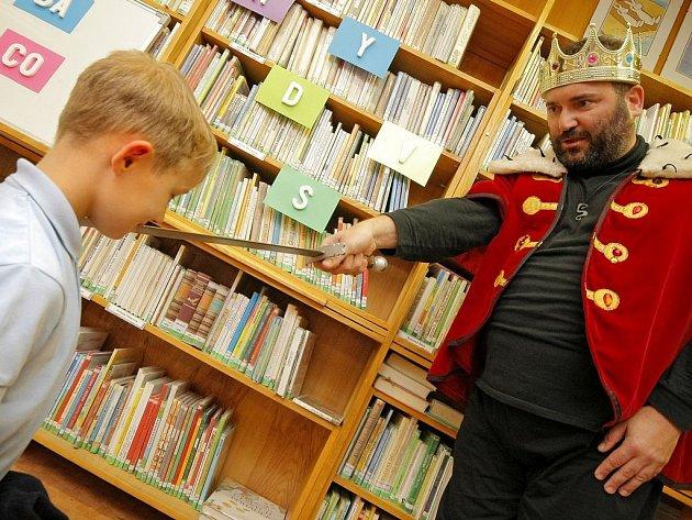Král knihovny pasuje prvňáčky na regulérní čtenáře Krajské knihovny Vysočiny v Havlíčkově Brodě.