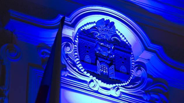 Modře nasvícená brodská radnice.