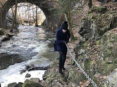 Lidé si na začátku mohli vybrat, zda zvolí jednodušší trasu vrchem po zelené, nebo tu těžší údolím řeky Doubravy. Cesta podél břehu je převážně kamenitá.