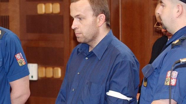 Fotograf Petra Zelenku takto zachytil u soudu v únoru 2008.