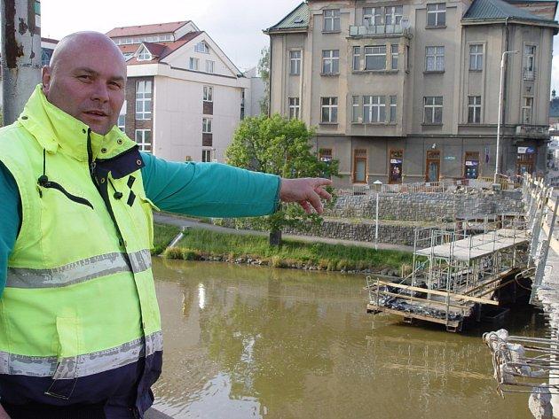 Miroslav Jiránek ukazuje na lešení pod mostem. Konstrukce je připevněna na lodičkách. Někdo se pokusil lešení odvázat. Most je extrémně nebezpečným místem pro noční procházení. V detailu je vidět, že provizorní zábradlí je chatrné a nedá se o něj bezpečně