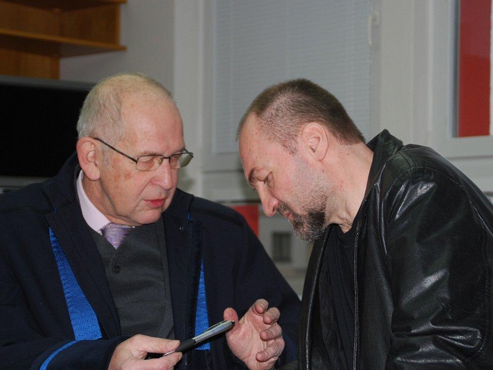 K brodskému okresnímu soudu se kněz Erik Tvrdoň (napravo) ještě vrátí. Na archivním snímku se radí s obhájcem.