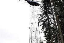 Vrtulník stavěl věž.