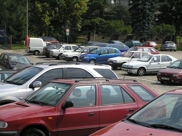 Výheň. Tak vypadá v těchto dnech vnitřek aut. Řidiči se shodují: Jezdíme jenom v nevyhnutných případech.