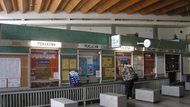 Stávající pokladny příští rok zmizí. Podle investorů se tím hala nádraží prosvětlí a provzdušní. Nové kasy se budou nacházet u strany haly.