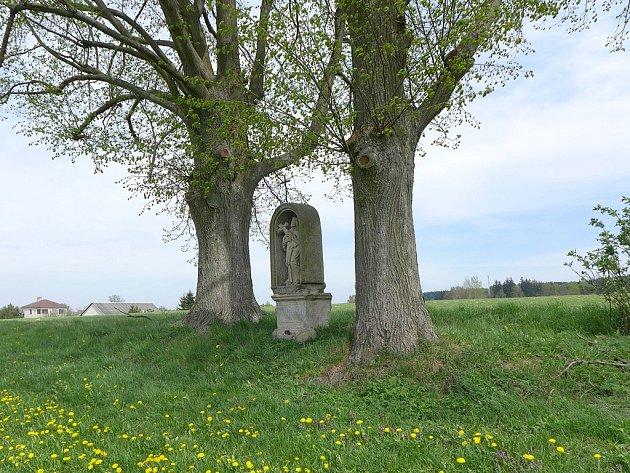 Kamenná nika s barokní sochou sv. Jana Nepomuckého u Radostína.