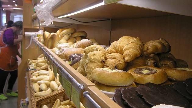 Čerstvého pečiva bude v regálech obchodů zřejmě méně, kvůli novému zákonu, říkají obchodníci. Ilustrační foto.