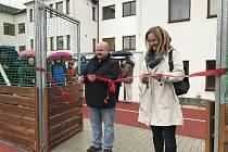 Ve středu byla ve Štokách slavnostně otevřena nová přístavba školy a multifunkční sportovní hřiště. Pásku přestřihl starosta Štoků Pavel Královec a místostarostka Lenka Vodičková.