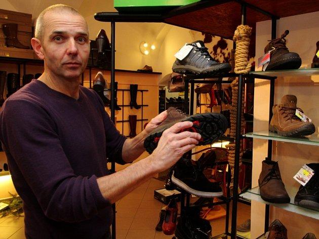 Stanislav Halík ukazuje botu s otočnou podrážkou.
