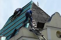 Oprava střešní krytiny světelské radnice.