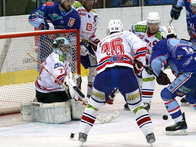 Třebíčský gólman Pavel Míča si na nedostatek práce v sobotním duelu s Chomutovem stěžovat nemohl. I když hráči Horácké Slavie silného soupeře přestříleli, odešli z ledu s porážkou 0:4.