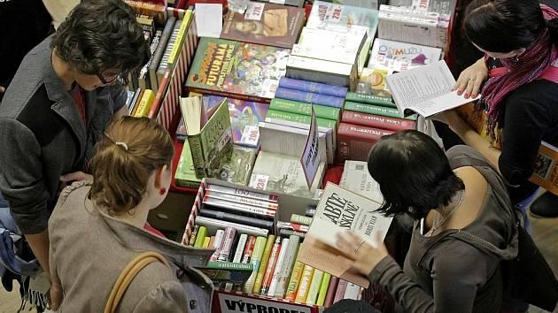 Ostrov pro davy čtenářů. Nejstarší knižní veletrh v zemi láká do brodského Kulturního domu Ostrov každoročně tisícovky návštěvníků. A milovníci knih budou mít i letos z čeho vybírat.